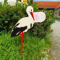 Kerti kitűző - nagy gólya rózsaszín pólyásbabával
