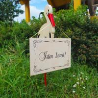 """Kerti kitűző - nagy gólya """"Isten hozott"""" táblával"""